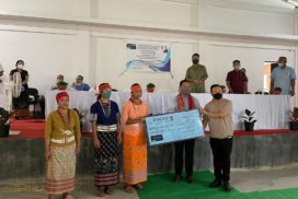 Conrad interacts with producers group of North Garo Hills